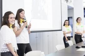 Equip participant al Technovation Challenge 2017 presentant l'aplicació que han creat