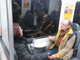 Dues persones xerrant a un vagó dels Ferrocarrils de la Generalitat. Programa pilot per promoure les parelles lingüístiques als trajectes de tren