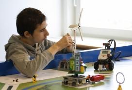 Persona amb autisme en una formació amb figures de Lego.