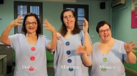 """Fotograma del vídeo de la Fundació ASPASIM que interperta """"La lluna la pruna"""" en llenguatge de signes"""