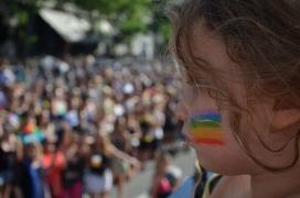 Infant en una manifestació LGTBI