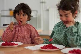 Infants menjant macarrons amb salsa de remolatxa - Menjadors escolars ecològics