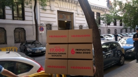 Caixes amb les sis propostes entregades per Oxafm Intermon.