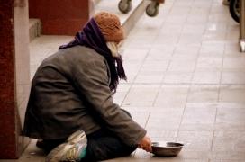 Persona sense sostre vivint al carrer.