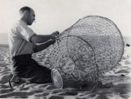 Els usos tradicionals del medi natural, com poden ser les arts de pesca,  també són un objecte d'estudi de l'etnobotànica