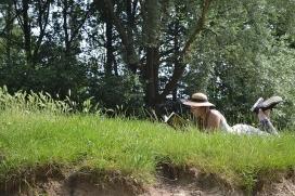 Llegir damunt l'herba, un pla perfecte per les vacances