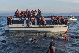 Vaixell amb refugiats al mar.
