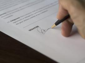 El text prohibeix seleccionar i contractar empreses o entitats mitjançant subhasta o adjudicació al preu més baix