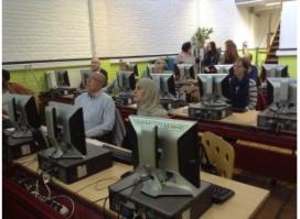 Persones fent formació en un dels telecentres de la xarxa