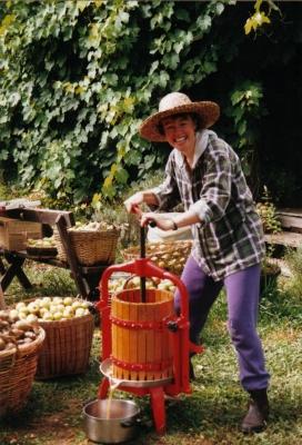 Una voluntària wwoofer premsant pomes