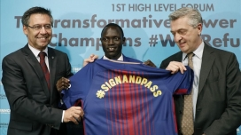 Bartomeu, Paulo Lokoro, atleta olímpico de Sudán refugiado en Kenia, y Filippo Grandi, alto comisionado del ACNUR.