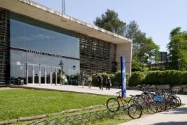 Campus de la UdG, amb espai per a les bicicletes. Gràcies a la promoció de formes de mobilitat més sostenibles, s'ha passat del 45% d'ús del vehicle privat l'any 2000 al 25% actual (Font: UdG)