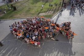 Centenars de persones formen una gran figura en forma de peix per simbolitzar el