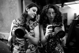 Dones amb càmera de fotos. Imatge CC: flickr.com/photos/dcassaa/1017592015/