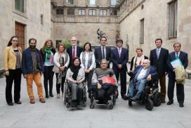 Fotografia de grup dels representants del Comitè Català de Representants de Persones amb Discapacitat (Cocarmi) i el president de la Generalitat, Carles Puigdemont. (Font: acn)