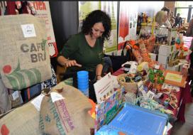Qui visiti El Mercat Social de Voluntaris.cat a la FESC descobrirà idees per fer regals amb gran valor