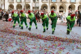 Serveis Viaris netejant plaça de la Vila després de Les Comparses