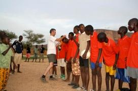 Voluntari en un camp de treball africà - Imatge de CC ONG