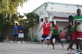 Albert Francolí, al mig, a la pista de bàsquet del Centre Catalunya, una escola del Senegal que rep el suport de Caldes Solidària. Font: Caldes Solidària