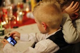 Dos infants enganxats al telèfon mòbil