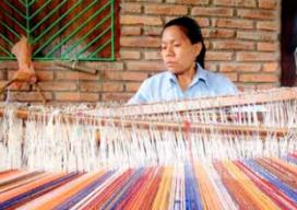 Treballant amb un teler a la comunitat de El Chile