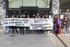 Famílies afectades per la retirada de la tutela dels seus fills/es manifestant-se en contra del sistema de protecció de la DGAIA