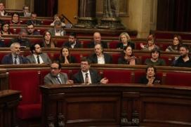 El Parlament aplaudint l'aprovació de la moció, el 9 de febrer. Font: Gencat