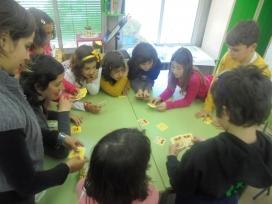 Infants jugant al joc de cartes Pick a Pig