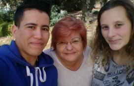 Conxita Pérez, mentora del projecte de Mentorial Social de Fundesplai, amb dos joves mentorats. Font: Fundesplai