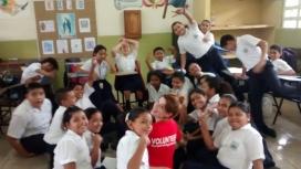 Cooperating Volunteers a una escola de Panamà. Font: CV
