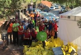 Els voluntaris i les voluntàries de la Creu Roja Montserrat durant una acció per l'eliminació de residus abandonats als espais naturals el passat més d'octubre (imatge: Creu Roja Montserrat)