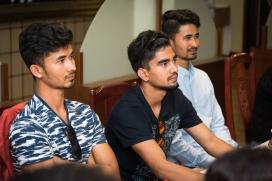 Al centre, el president de Creative Nepal acompanyat d'antics orfes de Katmandú.