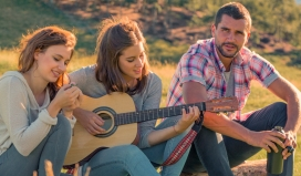 Joves tocant la guitarra