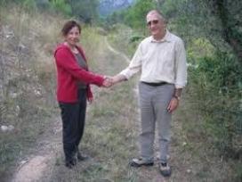 L'encaixada de mà com a símbol de l'acord entre propietaris i entitats ambientals; en la foto, Gepec i  el proprietari Felix Alaguero (imatge:gepec.cat)