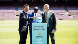 Imatge de la presentació de la campanya #SignAndPass promoguda per ACNUR i la Fundació FC Barcelona
