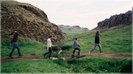 Els 4 francesos recorren el món trobant persones que  a hores d'ara ja estan treballant per l'endemà (imatge: karmafilms.es)