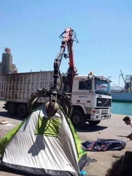El desallotjament del camp de refugiats al Port del Pireu. Font: Saul Sancho