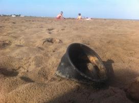 Fotografia de deixalles d'envasos en una platja
