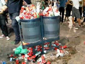 Fotografia de deixalles d'envasos sobreeixint d'una paperera