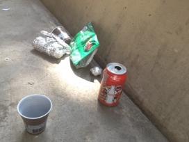 Fotografia de deixalles d'envasos en un entorn urbà