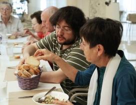 Compartint taula al menjador