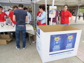 Voluntàries del grup d'acció Menja Just de la FAS van recollir els aliments de Mercavallès i van repartir els plats entre les persones assistents (Font: FAS)