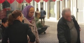 Moment del vídeo on l'actriu Adeline Flaun pateix discriminació. Font: Federació SOS Racisme