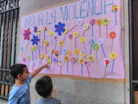 Mural fet per infants a la Plaça Orfila de Barcelona