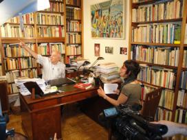 """Imatge del rodatge del documental """"Diferents"""". Entrevista al Dr. Gonzalez Duro"""