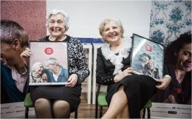 Dues dones grans presentant la campanya Roses contra l'oblit