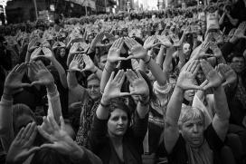 Un grup d'activistes alçant els braços per mostrar el símbol feminista