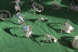 Bijuteria feta amb forquilles i culleres, artista Granalla
