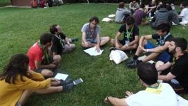 Joves debatent i treballant en petits grups en el marc del Congrés de Caps
