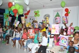 Nens i nenes amb els seus regals. Font: ONG Dagua